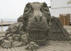 「ARK:Survival Evolved」の巨大なT-REXが鎌倉の海岸に出現!SNS写真投稿キャンペーンが開催
